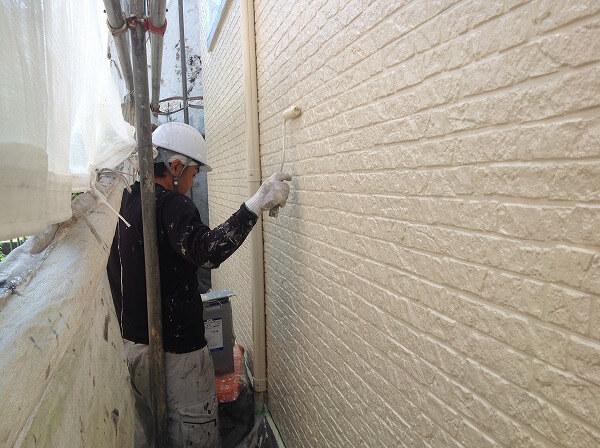 無機塗料を塗る職人