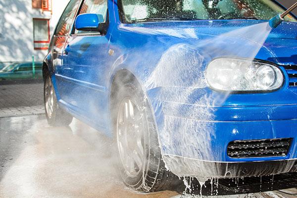近所の車に塗料がつくと修理費がかかる