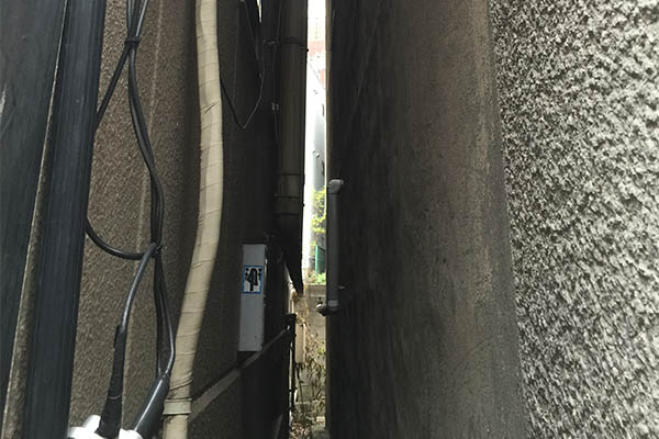 隣の家との間が短いと光触媒塗料の力が発揮できない